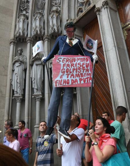RP Manifestantes realizam ato em defesa da Democracia na praca da Se 31032016023 e1459460395107
