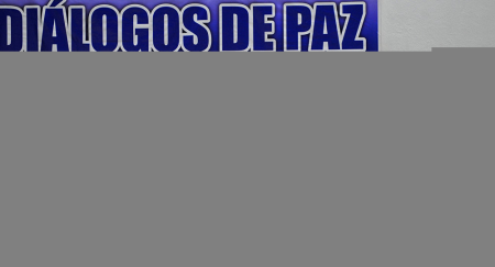 O Governo colombiano e as FARC – Forças Armadas Revolucionárias da Colômbia anunciaram na terça-feira, 15, a celebração de um acordo sem precedentes em favor das vítimas do conflito no país.  Leia mais: http://br.sputniknews.com/mundo/20151216/3093267/governo-farc-dao-passo-importante-paz-colombia.html#ixzz3uYfus6Kd